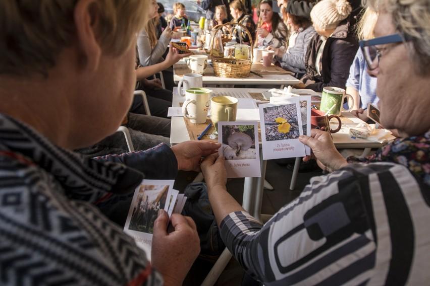 Spośród nadesłanych  przez wrocławian182 zgłoszeń wybrano 52 projekty, które otrzymają wsparcie organizacyjne, logistyczne, promocyjne, a przede wszystkim finansowe od 1 do nawet 10 tysięcy złotych. Miejskie mikrogranty rozdzielane są przez Strefą Kultury Wrocław oraz Fundację Umbrella. W tej edycji rozdanych będzie 200 tysięcy złotych, a przed nami jeszcze dwie kolejne. W sumie w całym 2020 roku do pomysłodawców trafi 525 tysięcy złotych z miejskiej kasy.  Trwający do połowy lutego, pierwszy w tym roku nabór podzielono na trzy kategorie. Osoby fizyczne i grupy nieformalne, organizacje pozarządowe oraz nieformalne grupy młodzieżowe. Terminy realizacji wszystkich Mikrograntowych propozycji ustalone zostaną po negocjacjach z każdą osobą, grupą i organizacją. - Przy wyborze kluczowa była nie tylko lokalność projektów, ale też ich potencjał w angażowaniu mieszkańców. Zwracaliśmy szczególnie uwagę na różnego rodzaju warsztaty i projekty o profilu edukacyjnym - powiedziała nam Anna Bieliz ze Strefy Kultury Wrocław. Przedstawiciele Strefy oraz Fundacji Umbrella podkreślają, że przy realizacji projektów, kluczowy będzie rozwój sytuacji epidemiologicznej oraz zalecenia rządu i służb medycznych. - Konsultacje najprawdopodobniej będziemy organizowali w sieci, a realizacja pomysłów nie zacznie się wcześniej niż w maju – mówi Anna Bieliz. Kolejne nabory projektów zaplanowano na maj i wrzesień. Które projekty wybrano tym razem? O tym piszemy na kolejnych stronach.