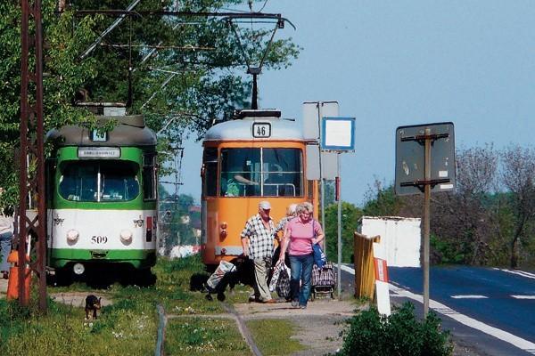 """Potwornie krzywe tory, nieczynne od lat sygnalizatory na mijankach i zdezelowana sieć trakcyjna - to wszystko nie przemawia za utrzymaniem linii 46.  W dodatku 40-letnie niemieckie """"helmuty"""" lata świetności mają już dawno za sobą - często się psują blokując ruch innych tramwajów."""