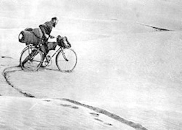 Kazimierz Nowak przemierza z rowerem Saharę. Jego wyprawa z lat 1931-36 była drugą próbą przejechania  Czarnego Lądu