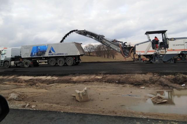 Budowa trasy S5 pomiędzy Bydgoszczą a Nowymi Marzami (woj. kujawsko-pomorskie) trwa. Nawet w sobotę (13 marca) na placach budowy nie próżnowano.