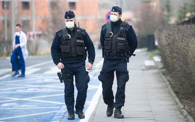 Policjanci muszą przynajmniej raz na dobę, o różnych porach sprawdzać, czy osoby objęte kwarantanną, faktycznie przebywają w swoich domach.