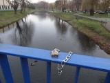 Międzyrzecz. Na moście nad Obrą zawisły kłódki miłości. Klucze wylądowały w rzece