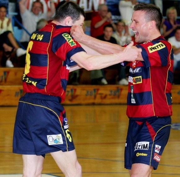 Futsalowcy Pogoni'04 Szczecin nie ukrywali radości z pozostania w ekstraklasie. Z lewej Ukrainiec Siergiej Kostiuczenko, z prawej Tomasz Wydmuszek.