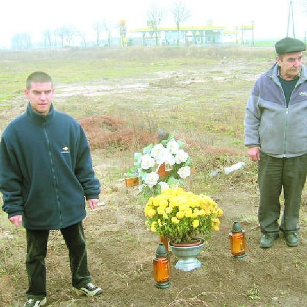 W tym miejscu był betonowy dół, w którym zginął Przemek. Rodzina postawiła krzyż i palą się tu zawsze znicze.