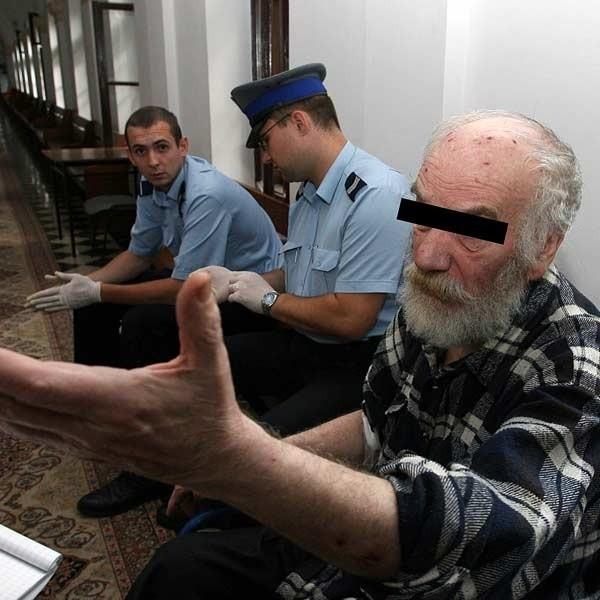 Nawet gdy policji udawało się doprowadzić Jarosza na rozprawy, te często były przerywane. Oskarżony mdlał lub sugerował, że jest chory.