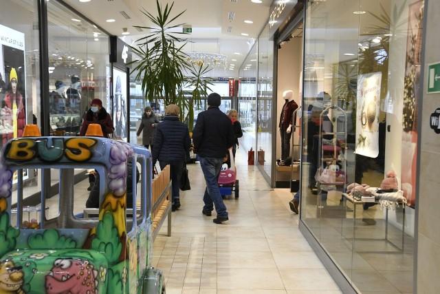 Świąteczna atmosfera panuje w Galerii Sandomierz. Klienci wybierają świąteczne upominki i ozdoby. A pomysłów w galerii nie brakuje - sklepy kuszą oryginalnymi ofertami.Zobaczcie, jak było w sobotę, 12 grudnia w Galerii Sandomierz na kolejnych slajdach.