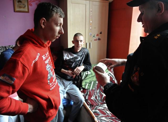 W lutym cała Polska poznała historię 21-letniego Mateusza z Przemyśla. Od kilku miesięcy, po śmierci mamy, sam opiekuje się czwórką swojego rodzeństwa w wieku 6, 7, 9 i 11 lat. Do tej pory rodzina utrzymywała się z niewielkiego, prawie 1300 złotowego zasiłku socjalnego oraz ok. 150 złotych zasiłku na dożywianie. Po artykule na naszym portalu, ruszyła pomoc dla 21-latka w różnej formie z Polski, ale również zagranicy. Mateusz starał się o przyznanie mu praw opiekuńczych. Pod koniec lutego, decyzją Sądu Rejonowego został tymczasowym kuratorem dla czwórki swojego rodzeństwa. - Nie pierwszy raz czuję, że mama nadal się nami opiekuje i nad nami czuwa. Tak było także dzisiaj - po wyjściu z sali rozpraw powiedział Mateusz.W piątek Mateusza odwiedzili przemyscy strażacy. Dzięki wsparciu sponsora, przekazali mu czujniki czadu i dymu oraz koc gaśniczy i spray gaśniczy.Zobacz także:Mateusz z Przemyśla został tymczasowym kuratorem dla czwórki rodzeństwa21-latek jest tatą, mamą, bratem dla czwórki rodzeństwa [WIDEO]