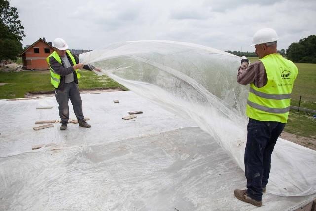 Wylany na strop beton trzeba zraszać wodą, dobrze jest też przykryć go specjalną folią, która ma za zadanie utrzymywanie wilgoci i zapobiega uszkodzeniom mechanicznym.