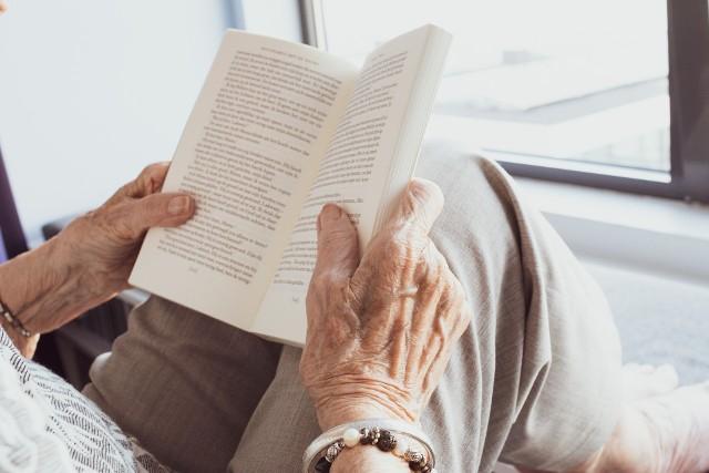 Osoby starsze często wychodząc z domu do sklepów lub na spacer, zwiększają szansę na zakażenie koronawirusem SARS-CoV-2. Tymczasem często słyszy się głosy starszych osób, że nie dadzą się zamknąć w domu.