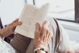 Nowe obostrzenia dla seniorów! Jak zachęcić osoby starsze, by pozostały w domu?