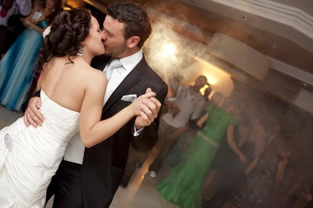 Zespół na wesele czy didżej jako wodzirej? Kogo polecacie do oprawy muzycznej na wesele w województwie opolskim? O to zapytaliśmy Was na naszym fanpejdżu nto. Przesłaliście nam blisko 80 propozycji. Wybraliśmy TOP 11, których nazwy pojawiały się najczęściej. To oni, Waszym zdaniem, bawią najlepiej, najfajniej prowadzą imprezy weselne. Obejrzyjcie galerię zdjęć do końca, by przekonać się, kto otrzymał najwięcej głosów!
