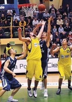 Łukasz Obrzut (Sportino, drugi z lewej) rzuca na kosz Anwilu Fot. PAP WOJTEK SZABELSKI
