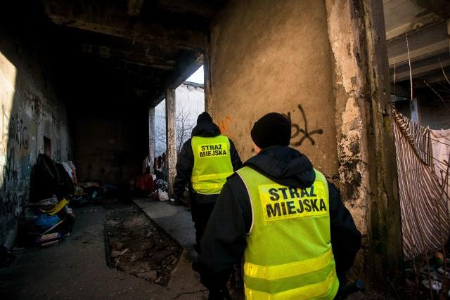 Strażnicy miejscy w Bydgoszczy, gdy temperatura spada poniżej zera, na terenie miasta patrolują m.in. pustostany. Reagują też na zgłoszenia od mieszkańców, dzwoniących pod numer 986. Tylko od stycznia 2021 roku Straż Miejska interweniowała w sprawie bezdomnych już 113 razy