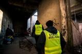 Bydgoscy strażnicy miejscy szukają bezdomnych w pustostanach. Patrole trwają do rana