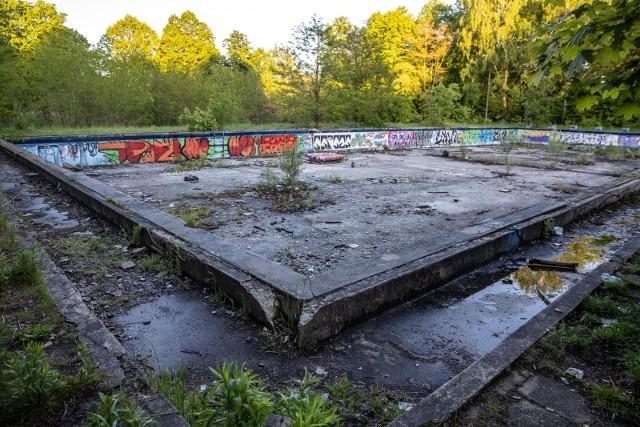 Grupa radnych proponuje budowę otwartych basenów w każdej dzielnicy. Na razie nie ma się kto zająć takim obiektem w Borku Fałęckim przy ul. Żywieckiej, który popadł w ruinę.