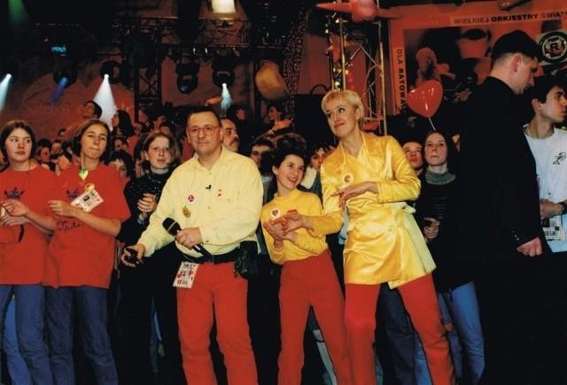 Już pierwsze finały Wielkiej Orkiestry Świątecznej Pomocy wygenerowały tradycję, która trwa do dziś. Czerwone spodnie, żółta koszula i czerwone okulary Jurka Owsiaka to prawie jak mundurek jednej niedzieli w roku.Na zdjęciu jeden z pierwszych finałów WOŚP. Jurek Owsiak i Agata Młynarska w czasie prowadzenia telewizyjnej relacji na żywo.