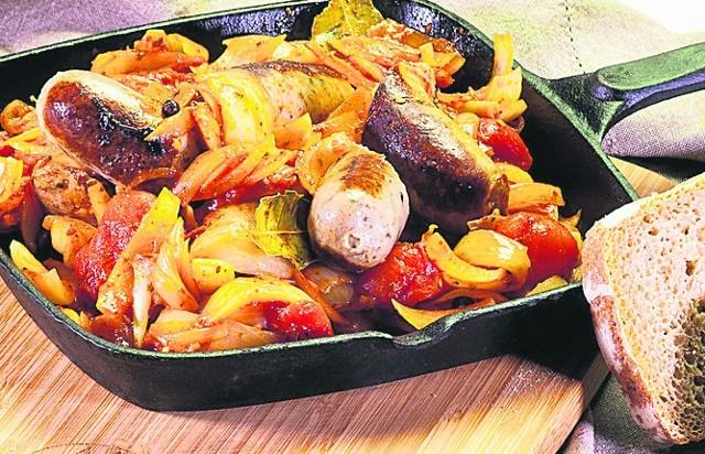Kiełbasa w towarzystwie pomidorów i cebuli.