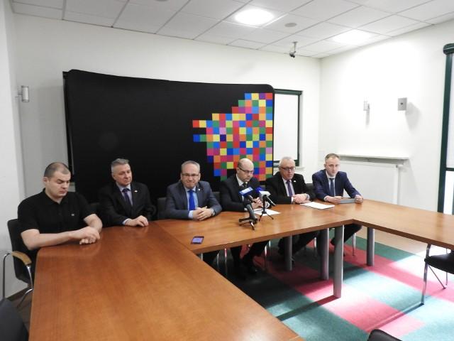 W spotkaniu prasowym dotyczącym budowy obwodnicy Augustowa  wzięli udział marszałek Artur Kosicki (trzeci z prawej), burmistrz Augustowa Mirosław Karolczuk (trzeci z lewej), Wojciech Borzuchowski (drugi z prawej), dyrektor białostockiego oddziału GDDKiA, Paweł Wnukowski (pierwszy z lewej), radny wojewódzki i Dariusz Ostapowicz (drugi z prawej) radny Augustowa. Konferencję na język migowy tłumaczył Maciej Pastusiak (pierwszy z prawej).