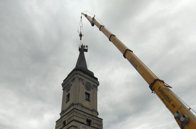 Iglica wraz z kapsułą czasu runęła w lutym 2020 roku. Teraz wróciła na szczyt wieży.