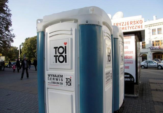 Tylko na takie toalety mogą liczyć podróżni korzystający z dworca PKP w Grudziądzu. Nie podoba to się jednemu z radnych miasta, który w tej sprawie napisał do prezesa zarządu PKP.