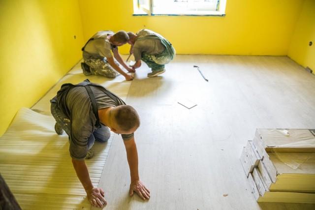 """Chcąc jak najszybciej ulepszyć naszą przestrzeń, przeorganizować ją pod kątem domowego biura czy przeprowadzić gruntowny remont łazienki lub kuchni – poszukujemy ekip remontowych, które pojawią się w naszych domach """"od zaraz""""."""