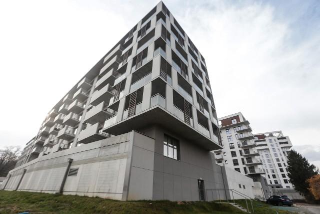 Przejdź do kolejnych zdjęć, żeby zobaczyć wykresy na temat rynku mieszkaniowego w Polsce – liczby budowanych i sprzedawanych lokali, cen mieszkań itd. Użyj strzałki w prawo lub przycisku NASTĘPNE.