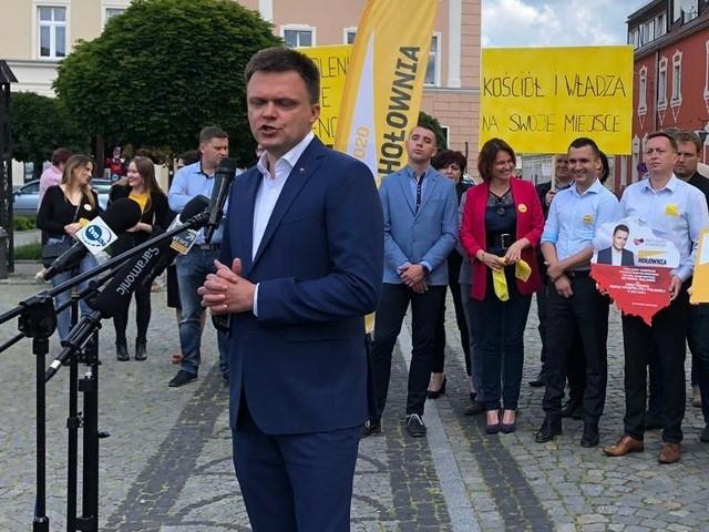 - Politycy w Warszawie mogą się uczyć dbania o sprawy obywateli od samorządów, między innymi od tego w Namysłowie - mówił w poniedziałek na namysłowskim rynku Szymon Hołownia.