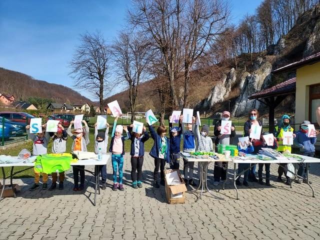 Podczas sobotniego sprzątania gminy Krzeszowice pogoda sprzyjała. Z terenów rekreacyjnych pozbierano śmieci i zapakowano w dziesiątki worków