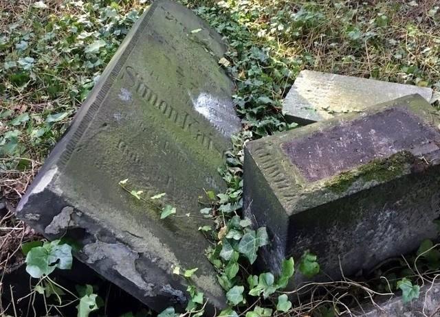 O zniszczeniu macew na zabytkowym cmentarzu żydowskim w Zabrzu poinformował na Facebooku Dariusz Walerjański, badacz historii Żydów na Górnym Śląsku opiekujący się zabrzańskim kirkutem.