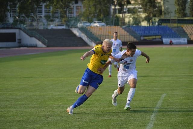 Damian Lenkiewicz (z lewej) występował w barwach Elany od sezonu 2016/2017. W rundzie jesiennej nie strzelił gola, za to miał jedną asystę