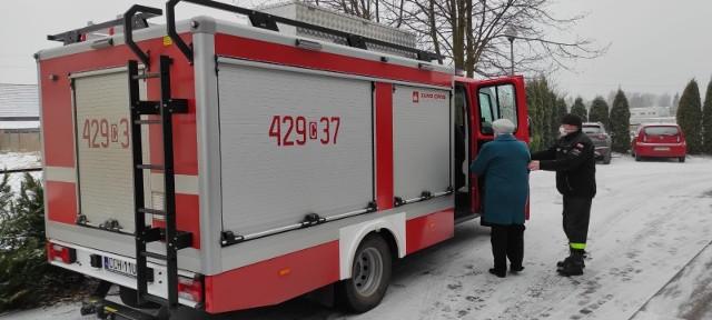 Straż pożarna z powiatu chełmińskiego pomaga seniorom z otarciem na szczepienia przeciwko Covid-19