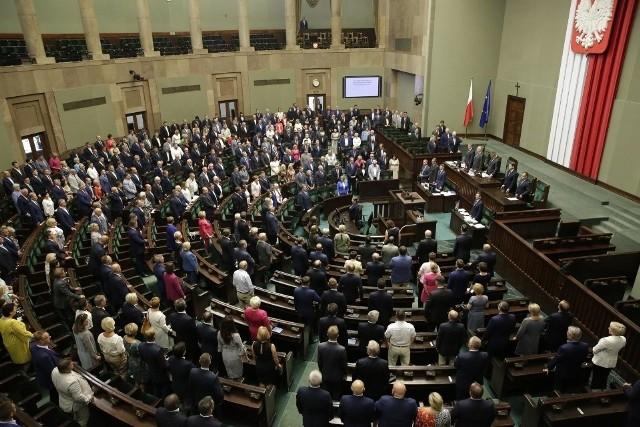 Wrocławski okręg reprezentuje 14 posłów. Nasi przedstawiciele przy ul. Wiejskiej w Warszawie ujawnili swoje majątki. Sprawdź, którzy politycy zagromadzili milionowe majątki, a którzy nie mają prawie nic. Prezentujemy ich na kolejnych slajdach w kolejności od tych z najskromniejszym dorobkiem, aż po najbardziej zamożnych.
