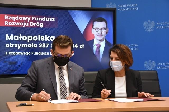 Elżbieta Burtan, wójt Zabierzowa podpisała umowy z wojewodą Łukaszem Kmitą na dofinansowanie modernizacji dwóch mostów