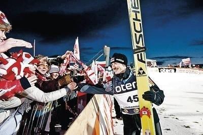 Adam Małysz odbiera gratulacje od polskich kibiców pod skocznią w Lillehammer Fot. PAP/EPA/Geir Olsen