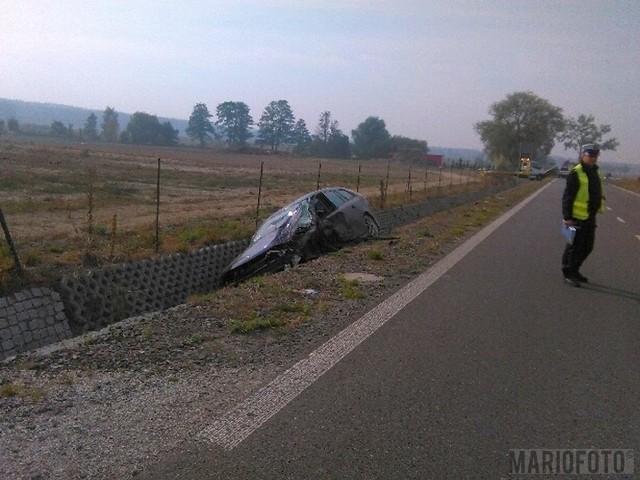 Saab posłanki Okrągły uderzył w dostawcze renault i wpadł do rowu.