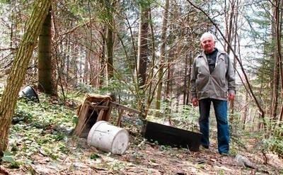 Józef Chmiel, sołtys Chełmu nie rozumie, dlaczego ludzie śmiecą w lesie Fot. Maciej Hołuj