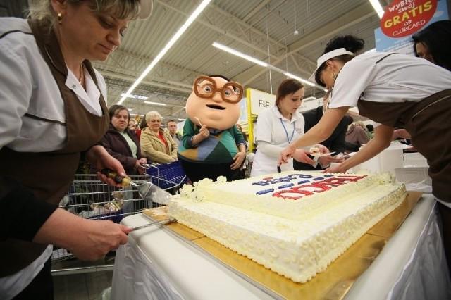 Gościem specjalnym podczas otwarcia przebudowanego hipermarketu Tesco był reklamowy Pan Henio. Klientów sklepu częstował przygotowanym na tę okazję tortem. Fot. Dawid Łukasik
