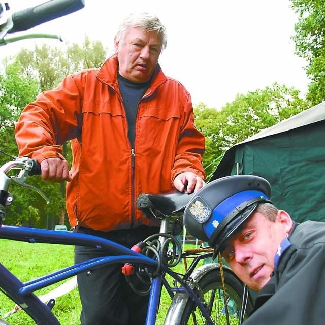 Ignacy Galla na festynie na wyspie Bolko oznakował swój rower.