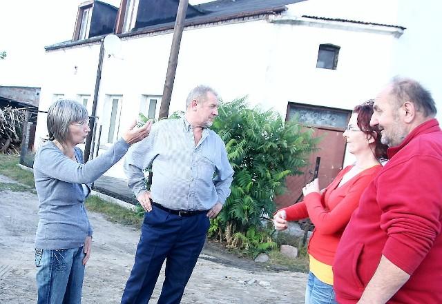 """""""Ktoś chce tanim kosztem przejąć nasze domy i działki""""- Wygląda na to, że ktoś chce tanim kosztem przejąć nasze domy i działki - mówi Ewa Ringwelska (z lewej). - Nie zamierzamy się nigdzie przenosić!"""