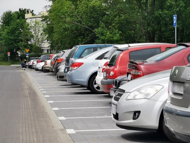 """""""Toruń dławi się do nadmiaru aut"""". Jak rozwiązać parkingowe problemy Torunia? O czym jeszcze debatowali mieszkańcy?"""