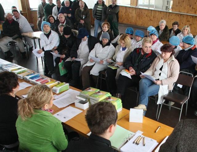 W środę w Chłodniach Kieleckich odbyło się spotkanie doradców zawodowych z Miejskiego Urzędu Pracy w Kielcach z pracownikami, którym 24 lutego kończą się umowy o pracę w zakładzie. Przyszło kilkadziesiąt osób.
