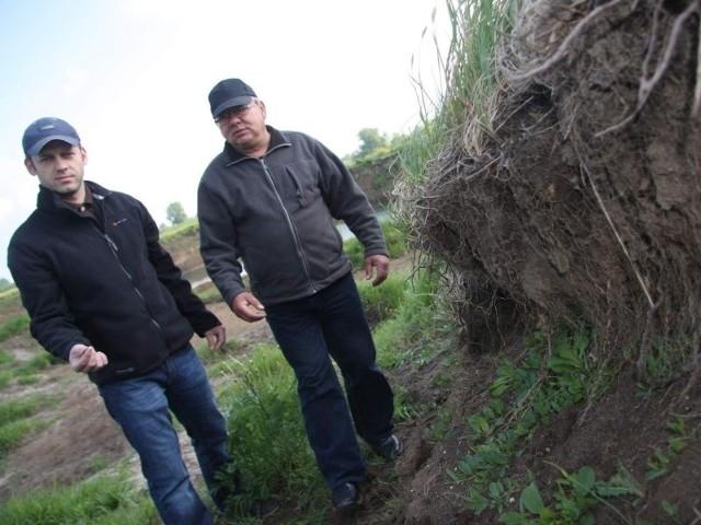 Piotr Szkoda i Krzysztof Rupa, mieszkańcy Brzeziny: - Ten wał nie zatrzyma już żadnej wody. Oby tylko nie padały żadne większe deszcze, bo w naszej wsi będziemy mieli wielki dramat, jak ją zaleje.