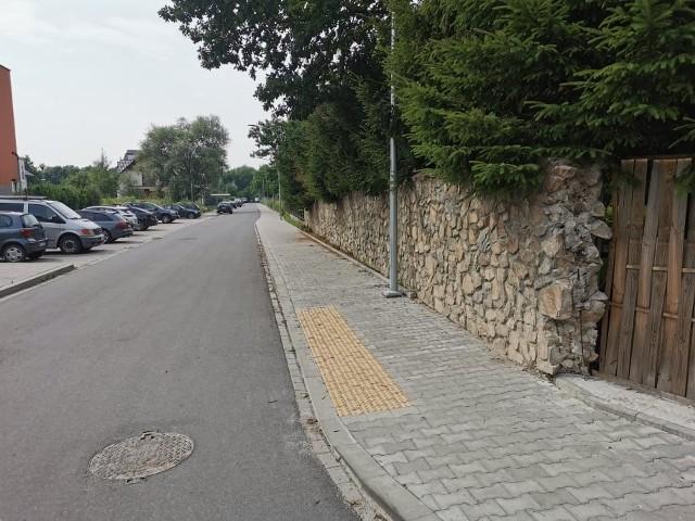 Ulica Profesora Geremka i mur niezgody, przez który ZDMK nie chce odebrać wybudowanej ulicy, wraz z miejscami parkingowymi i chodnikiem