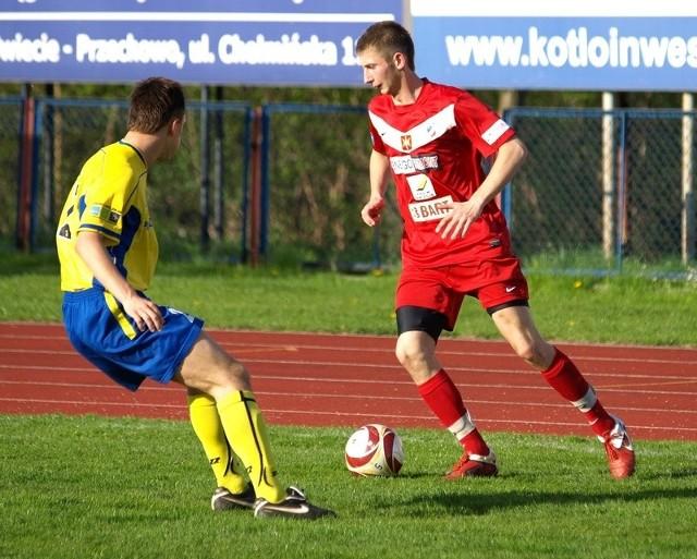 Radek Mik (czerwony trykot) w Lesznie strzelił gola, który ustawił dalszy przebieg meczu