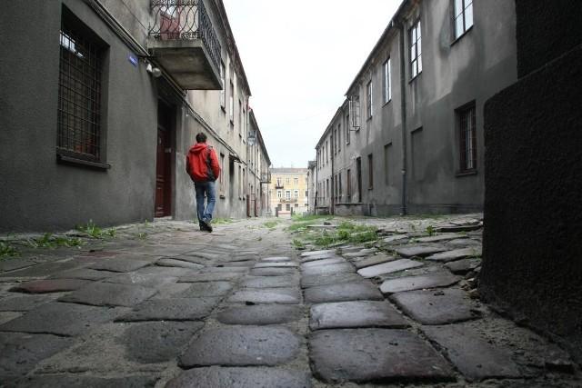 Skromne kamienice od ulicy Piotrkowskiej ciągną się aż do ulicy Silnicznej. To może powstać przeszkolne patio. fot. D.Łukasik