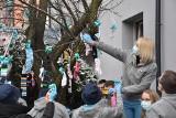 Rybnik. Drzewa na Kościuszki całe w skarpetkach bez pary. To dekoracja z okazji Światowego Dnia Zespołu Downa