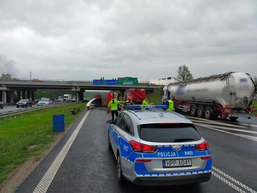Ciężarówka przewróciła się na węźle S1/A4 w Mysłowicach. Są...