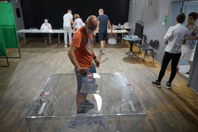 W II turze wyborów prezydenckich, podobnie jak w pierwszej obowiązywać będzie szczególny reżim bezpieczeństwa z powodu pandemii koronawirusa.