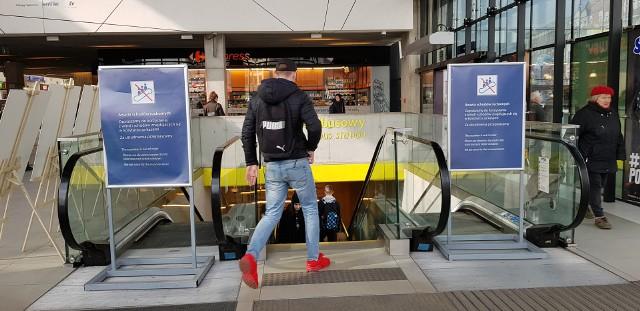 """Schody ruchome na dworcu w Katowicach nie działają. O niedogodnościach przekonują się kolejne osoby, które korzystac muszą z połączenia pomiędzy parkingiem, dworcem autobusowym a podstawowym poziomem dworca kolejowego PKP w Katowicach. Nie działają też obie windy oraz """"ruchomy"""" chodnik w hali głównej dworca."""