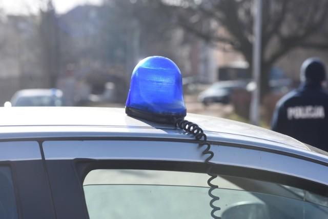 Mężczyźni wypchnęli kobietę z jej samochodu i odjechali.